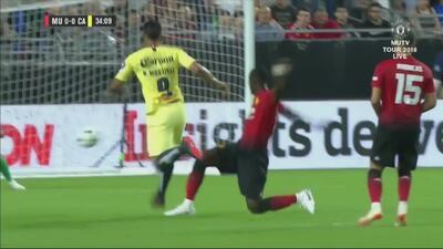 Roger Martínez cerca de abrir el marcador ante los ingleses