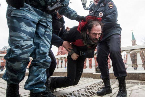 """Al grito de """"no a la guerra"""" los manifestantes fueron detenidos por la p..."""