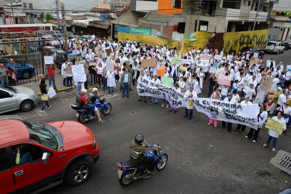 Médicos de la ciudad fronteriza de San Cristobal se congregaron para man...