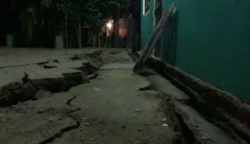 Una calle totalmente fracturada por el sismo en Minatitlán, M&eac...