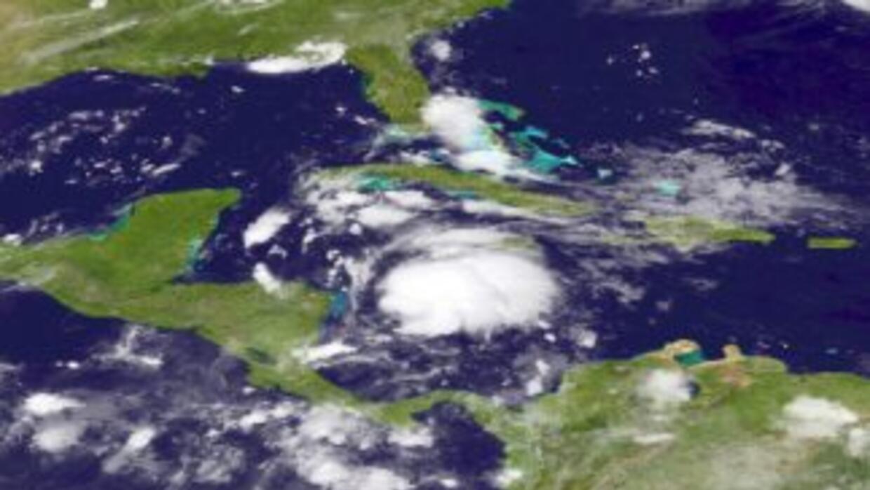 El avance de la tormenta tropical Ernesto, próxima a convertirse en hura...