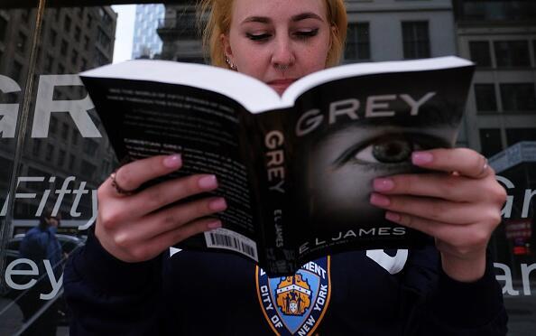 """E.L. James sigue alimentando fantasías con """"Grey"""" y rev..."""