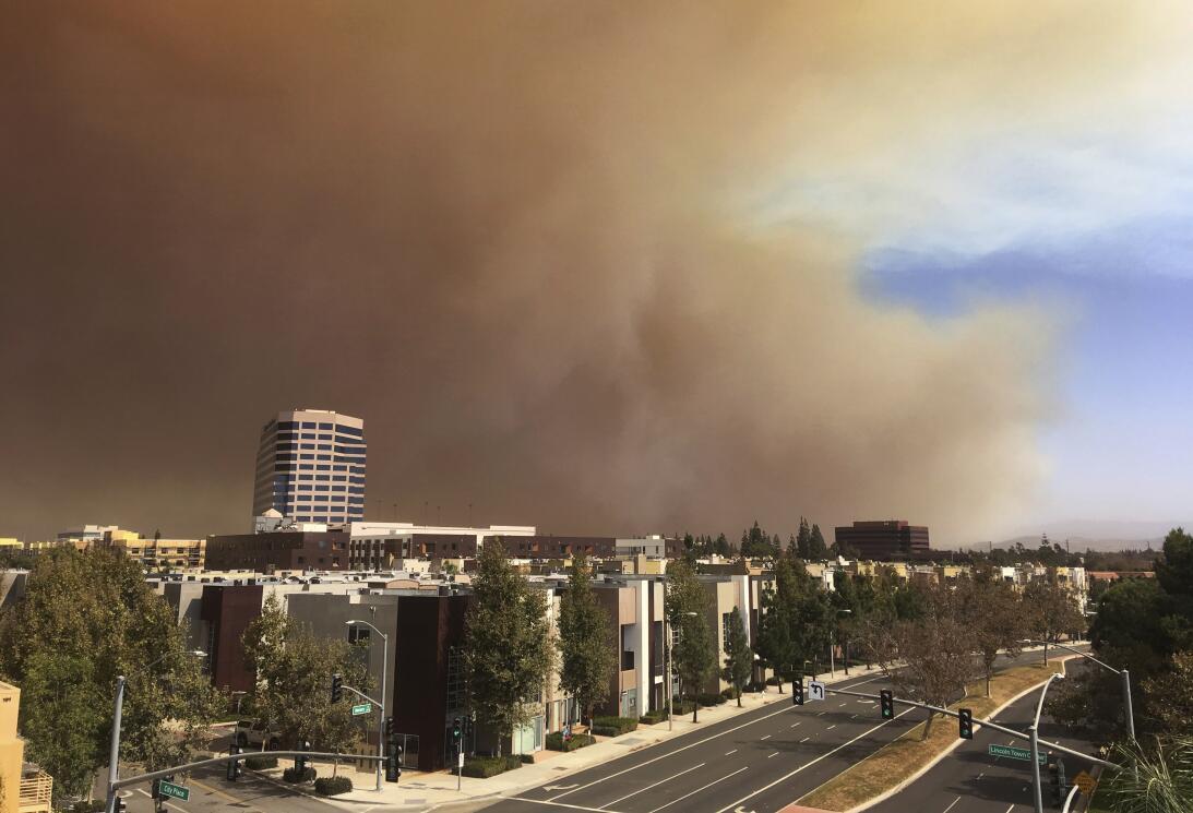 Bomberos en el sur de California combaten un incendio en la zona de Anah...