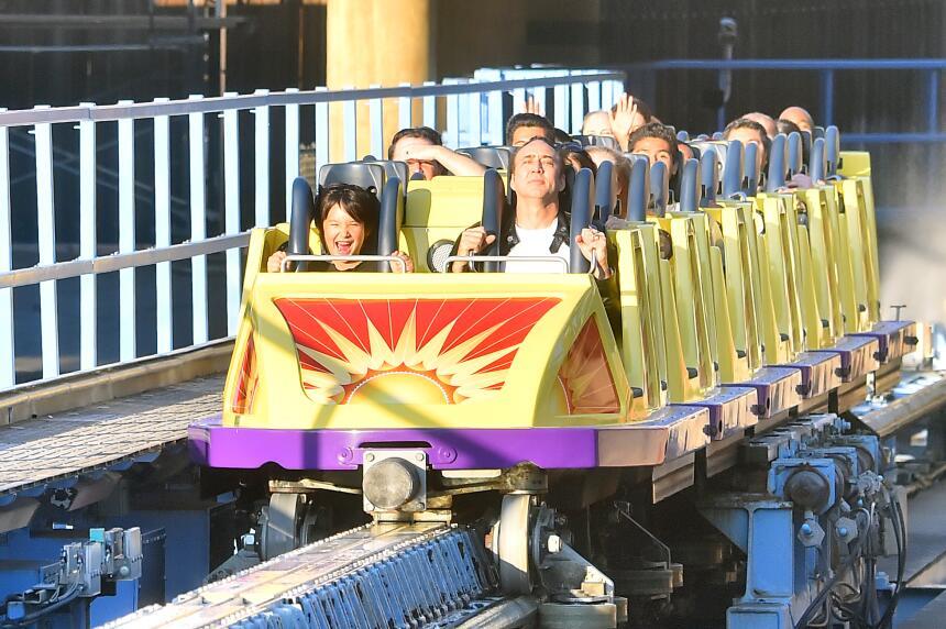 Nicolas Cage se divierte en grande en Disneyland