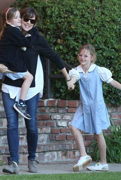 Muy cariñosa, como siempre, Jen cuidaba de sus hijas.