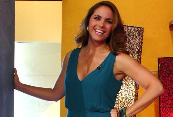 Bella, sonriente y llena de ánimo llegó la cantante mexica...