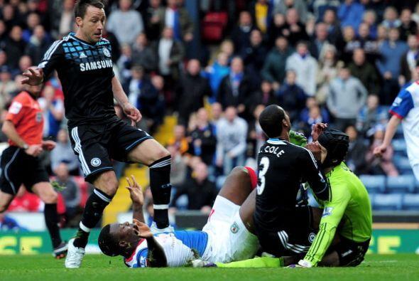 El portero Petr Cech sufrió un fuerte golpe y terminó con sangre en su n...