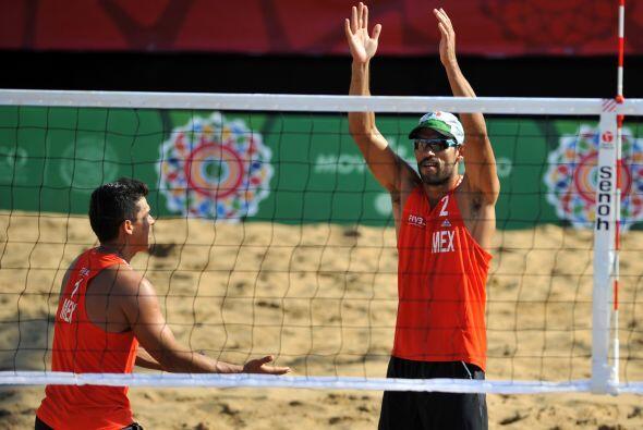 En el duelo por el tercer lugar del voleibol de playa varonil, los mexic...