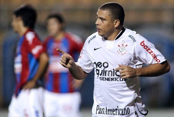 El equipo de Ronaldo, que sigue gordito, venció 2-1 a Cerro Porte...