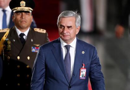 Algo similar pasó con <b>Raúl Khadzhimba, presidente de Abjasia.</b> Al igual que Osetia de Sur, Abjasia es una república surgida de la división de Georgia y también es considerada ilegítima por la ONU. Ambas se declararon independientes en 2008, apoyadas por Rusia. Solo es reconocida por los mismos cinco países.