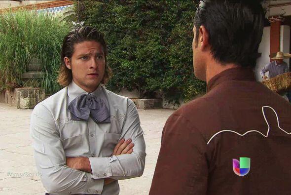 Pablo le dice a Rodolfo que Luzma quiere separarse de él. EL joven capat...