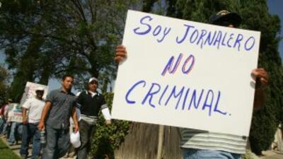 Jornaleros marchan por derechos en Baldwin Park, California.