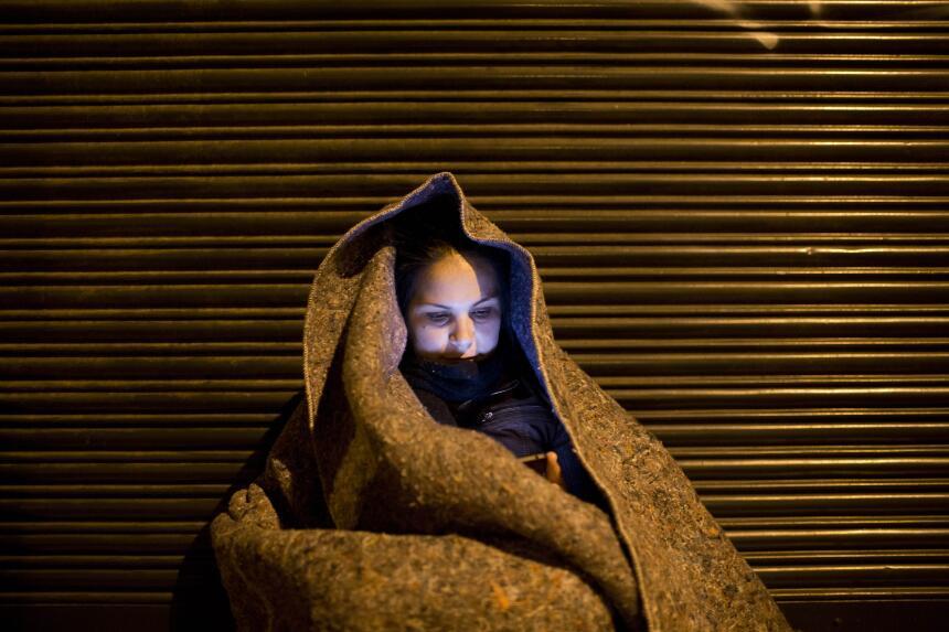 La larga espera durante la noche de las deportaciones. Las personas espe...
