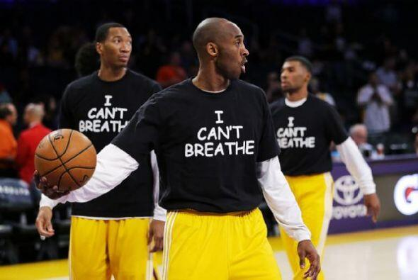 """Kobe y sus compañeros de los Lakers decidieron unirse a la protesta. """"Cr..."""