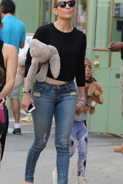 Llevaba a Emme de la mano y un muñeco de peluche en la otra. Mira aquí l...