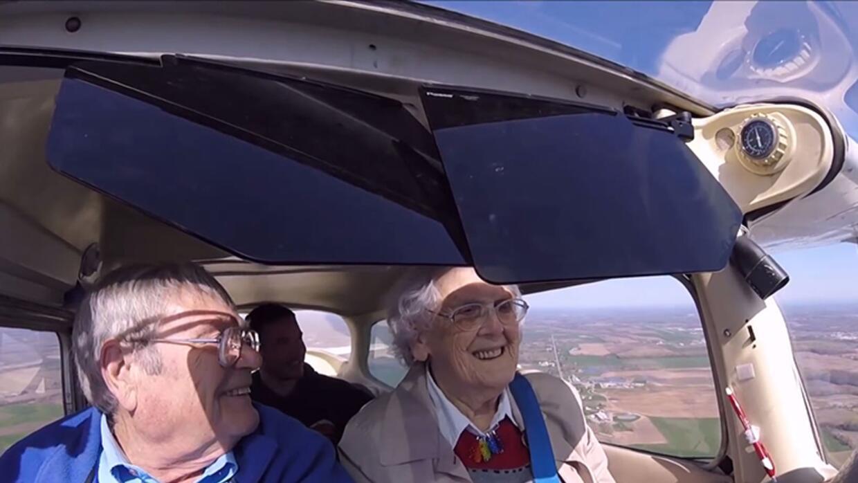"""Mildred """"Milly"""" Reeves, a la derecha, vuela un Cessna Modelo 1..."""