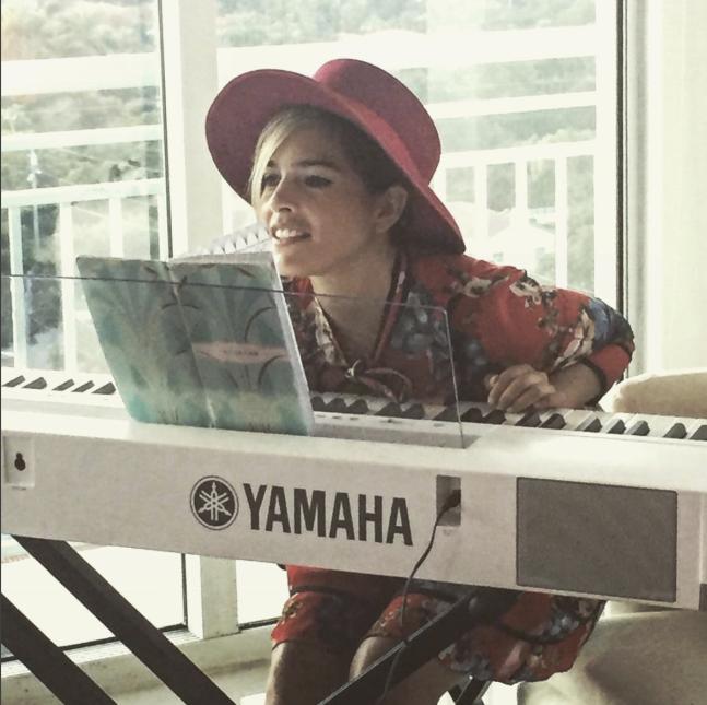 Además de tener una potente voz, toca el piano y la guitarra.
