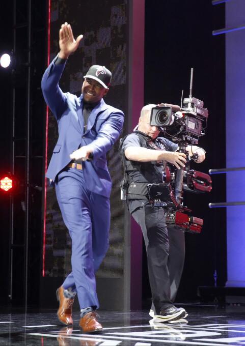 Keanu Neal de Florida caminando sobre el escenario tras haber sido selec...