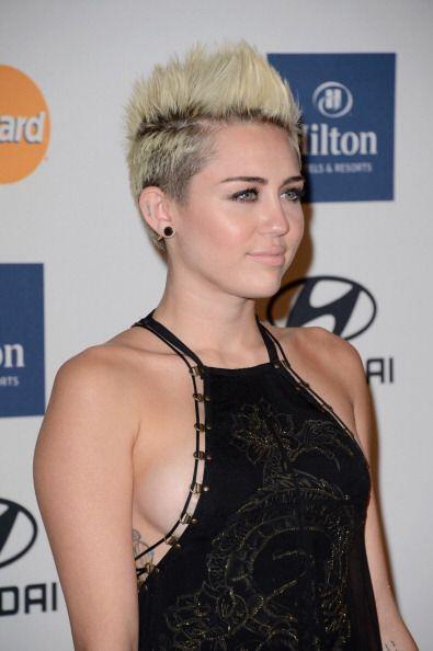 Miley Cyrus es claro ejemplo de lo sensual que puede ser este escote al...