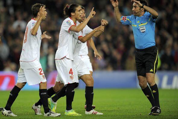Los jugadores del Sevilla le protestaron al árbitro con gritos y empujones.
