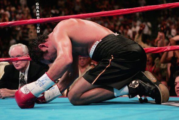 De la Hoya cayó por primera vez por nocaut frente a Bernard Hopkins, el...