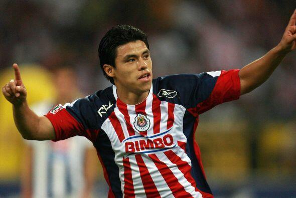 Su buen fútbol hizo que Chivas lo contratara. Con el rebaño no tuvo much...