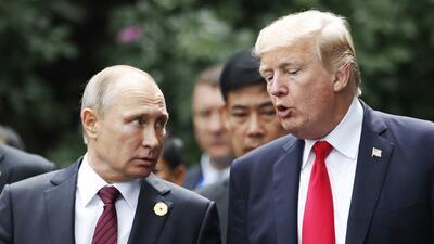 Los presidentes Trump y Putin conversan durante la cumbre de líderes par...