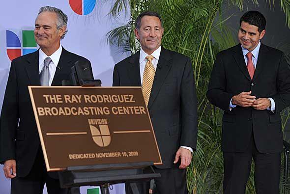 Ray Rodríguez, Joe Uva y César Conde, presidente de las cadenas de Univi...