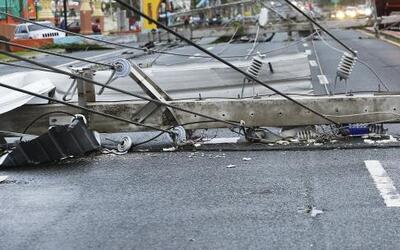 Decenas de postes caídos en las calles de Quebradilla.