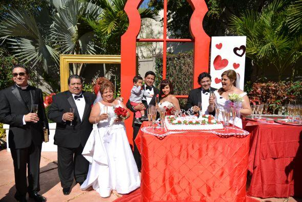 Junto al reverendo Pedro Martínez, los novios brindaron porque su felici...