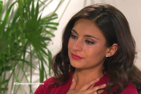 Maricruz se siente conmovida al ver a Alejandro disfrutando de su nieta....