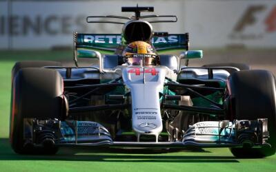 Lewis Hamilton en su Mercedes en el GP de Azerbaiyán.