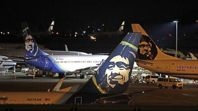 Un insólito incidente genera pánico en Seattle: un hombre roba un avión comercial y lo estrella en una isla