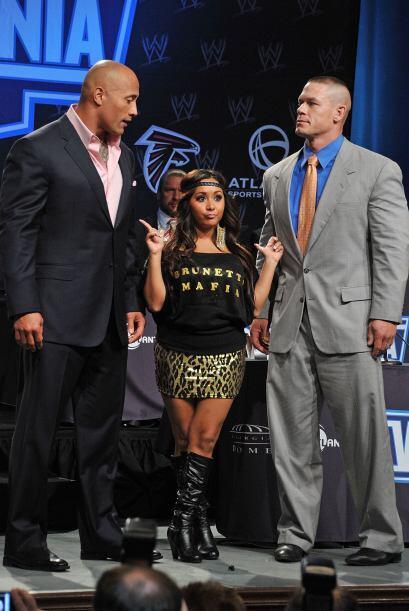 La actriz de estatura pequeña posó junto a los luchadores profesionales...