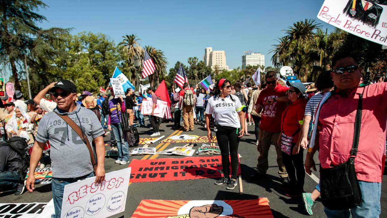 A una sola voz, miles de inmigrantes y activistas protestan contra las...