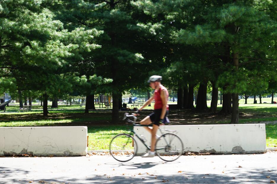 Los ciclistas son los primeros en llegar en la mañana.