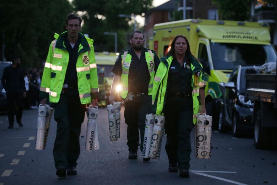 Personal paramédicos lleva bombonas de oxígenos para asistir a los posib...