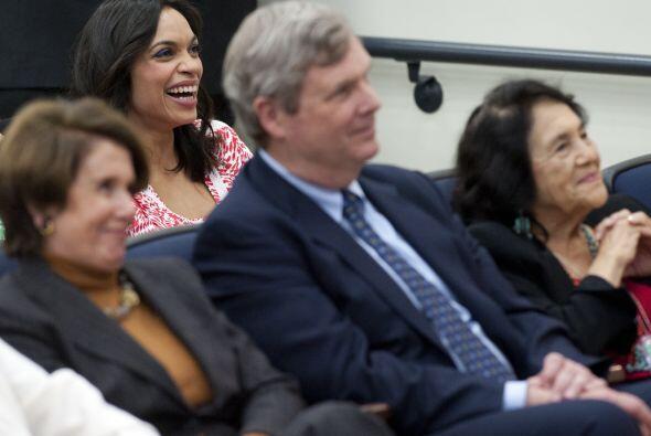 Parece que la presentación incluyó bromas pues vimos a Rosario muy alegr...