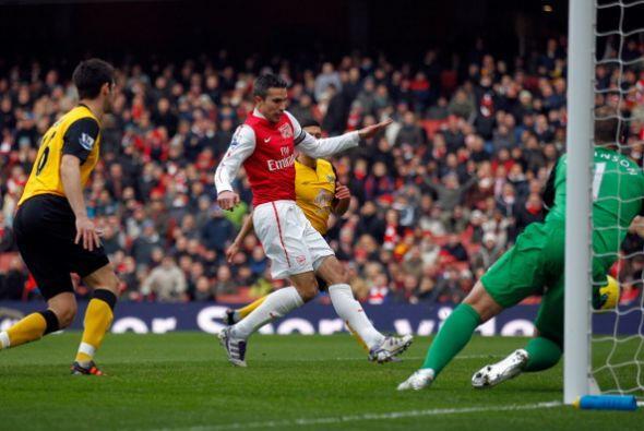El holandés Robin Van Persie marcó al minuto de juego y abrió la goleada.