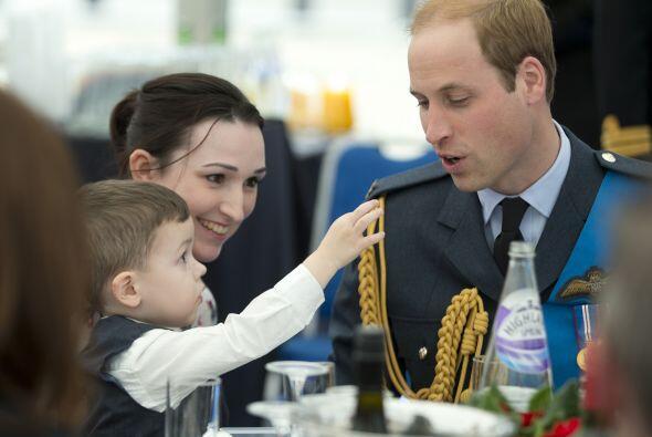 William recibiendo un pedazo de tarta de chocolate de manos de este ador...