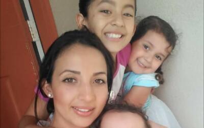 María Solis en compañía de sus tres hijas.