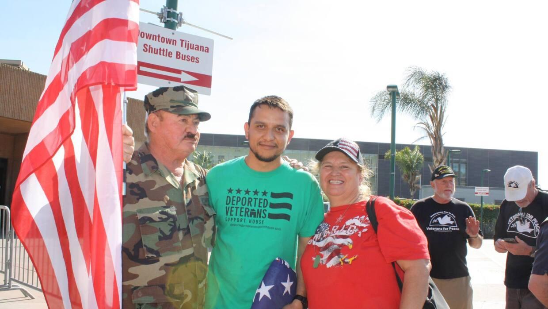 Daniel Torres fue recibido por activistas al cruzar la frontera de Tijua...