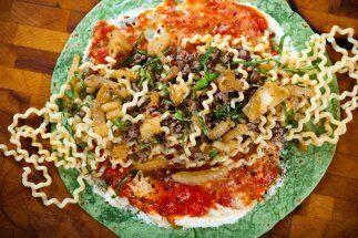 Burrito de espinaca con buccatini de carne molida con ricota y salsa arr...