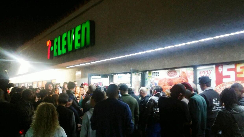 Una multitud fue al 7-Eleven que vendió el boleto ganador del Powerball