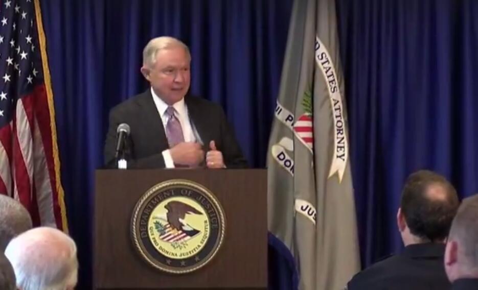 """""""Vete de aquí"""", el grito de manifestantes a Jeff Sessions durante su vi..."""