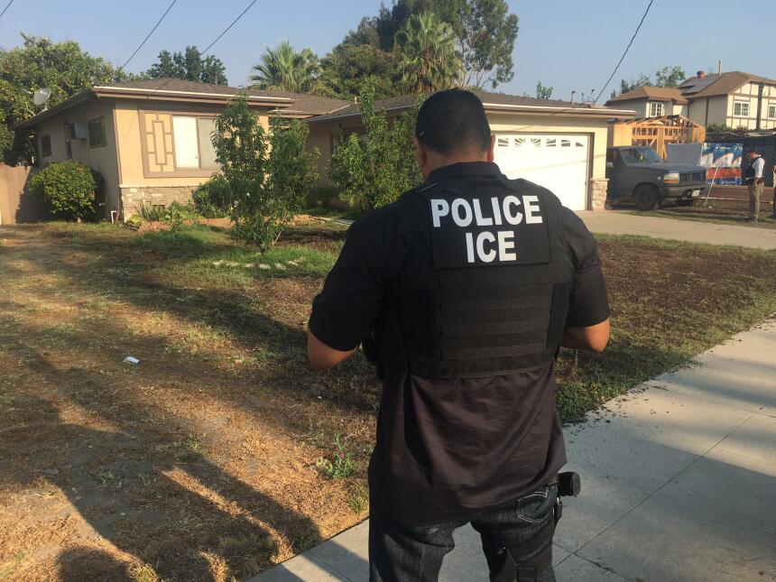 Dos agentes montan guardia afuera de la vivienda, mientras verifican si...