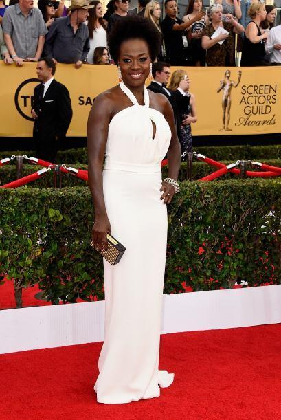 Así como Viola Davis que contrasta su tez con un delicado y largo vestid...