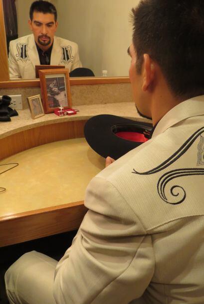Enrique Tello reza antes de su actuación.