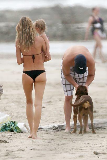 En realidad, Tom es muy dulce con todos. Aquí mimando a su perrito.
