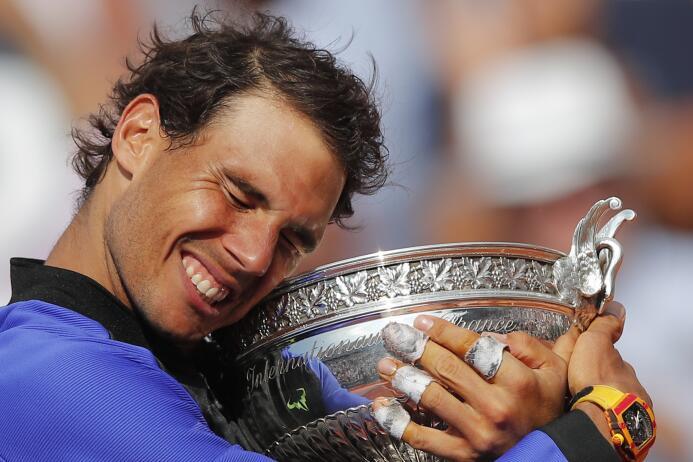 En el tenis, Rafael Nadal ganó su décimo Roland Garros en el partido emo...